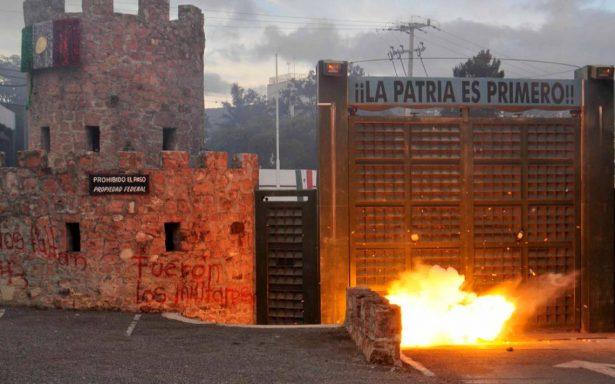Normalistas atacan nuevamente zona militar en Guerrero