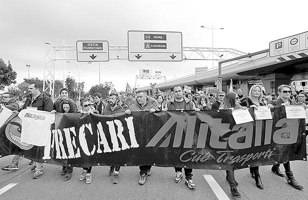 Trabajadores de Alitalia anuncian huelga contra recorte de empleos