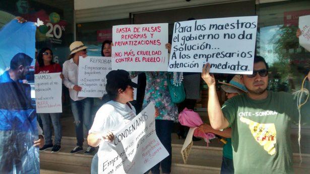 Trabajadores de la CNTE se manifiestan en Liverpool