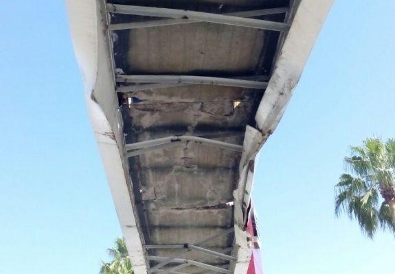 Va lenta reparación de puente peatonal