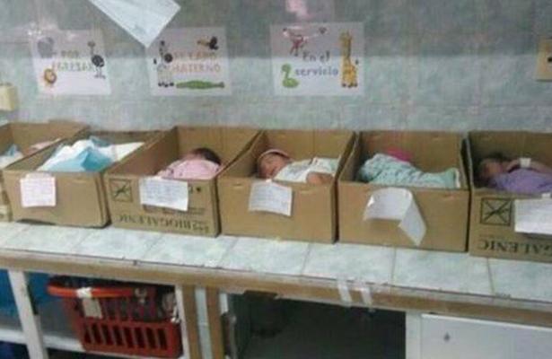 A falta de cunas, colocan a bebés en cajas de cartón; Seguro venezolano se disculpa