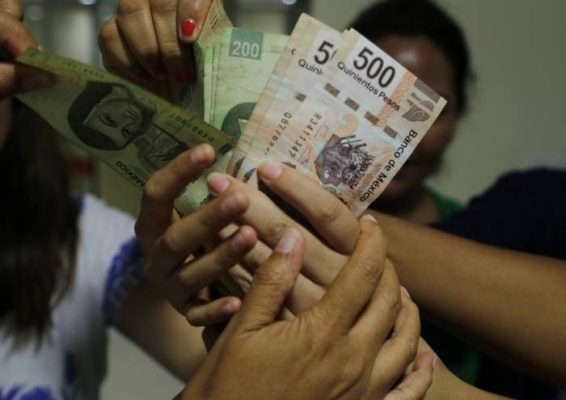 Mujeres reciben dinero de más, y lo regresan al banco