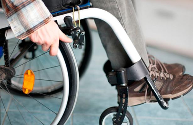 Error de diagnóstico lo postró en una silla de ruedas durante 43 años