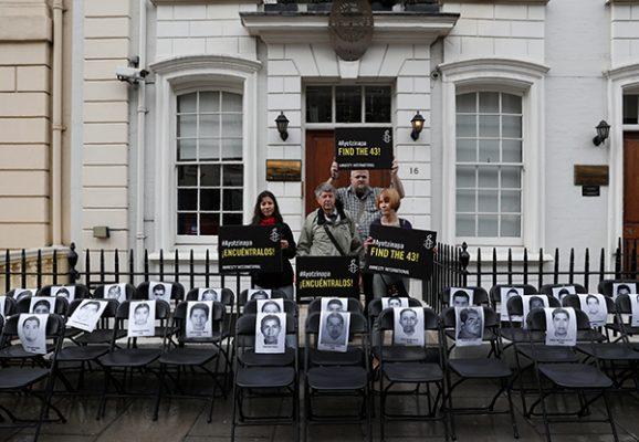 Colocan sillas vacías en Londres por 43 normalistas desaparecidos