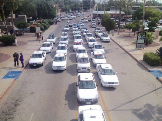 Taxistas se manifiestan para exigir la salida de UBER