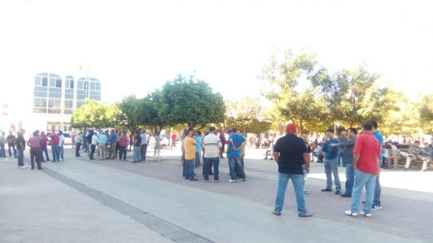 Vuelven taxistas a manifestarse en contra de UBER