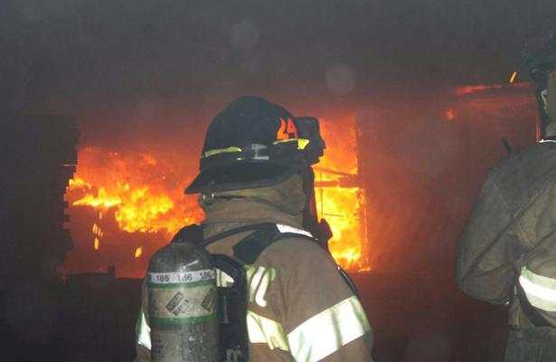 Estallido causa incendio en Plaza Puerto Paraíso de Los Cabos
