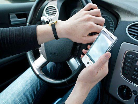 Contra uso del celular mientras se conduce
