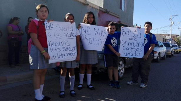 Protestan padres por constantes robos en escuela