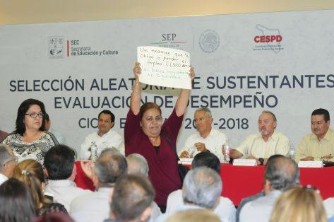 9A NOTA 1 maestra infiltrada protesta por plaza perdida-Sergio Gomez (1)