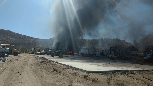 Desalojan universidad privada por incendio de maleza