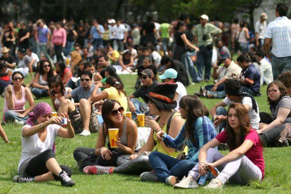 Jóvenes mexicanos prefieren gastar en experiencias que ahorrar