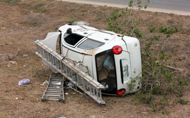 Aparatoso accidente en carretera a Bahía de Kino
