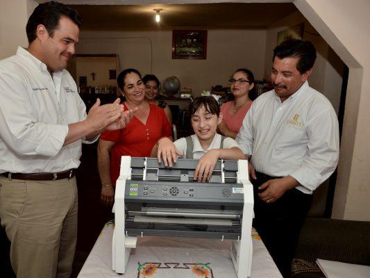Estudiante recibe impresora especial para braille