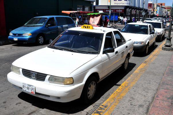 Taxistas no podrán competir con los ubers