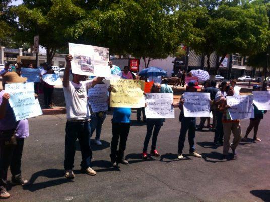 Antorchistas protestan frente a Palacio Municipal