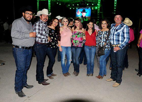 Disfrutan de baile ranchero