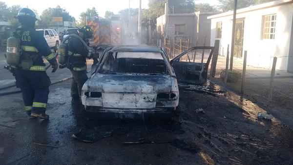 Arde vehículo en San Pedro