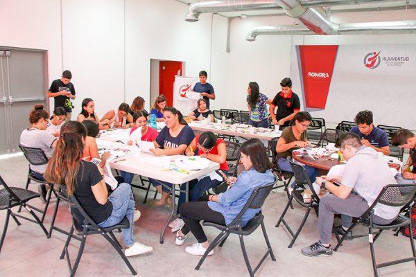Participan jóvenes en taller de serigrafía