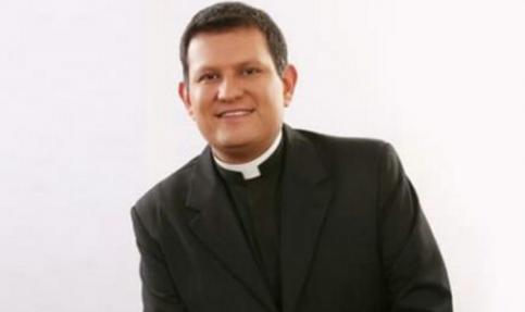 Envía padre Luis Alonso Cobácame mensaje a presbítero Tomás Herrera