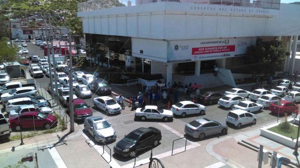 Bloquean taxistas calles aledañas al Congreso del Estado