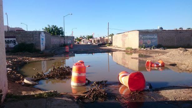 Fuga de aguas negras recorre la calle Carlos Balderrama