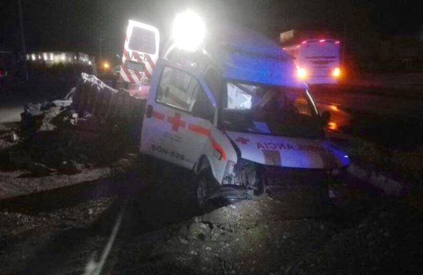(Galería) Cae a socavón ambulancia, deja 5 lesionados