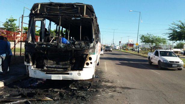 Se incendia camión en el bulevar Lázaro Cárdenas
