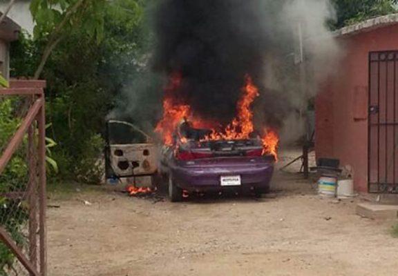 Arrasa fuego un carro