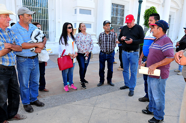 Buscan vecinos solución en el ejido La Victoria