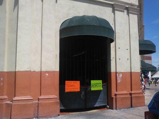 Cierran una puerta de acceso del Mercado Municipal