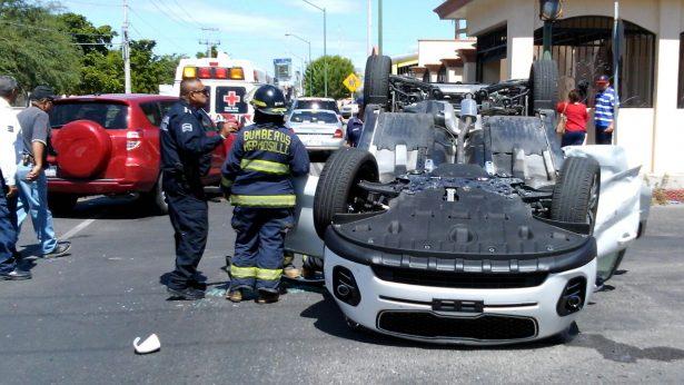 (Galería) Queda auto con llantas arriba, hay tres menores lesionados
