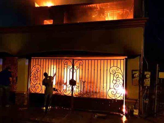 Policías relatan cómo rescataron a familia de casa incendiada por abuela