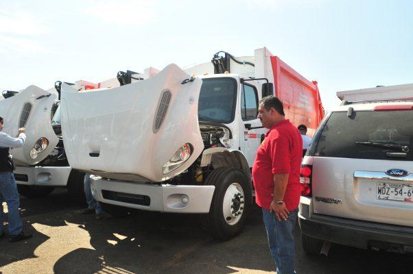 Continúan con reparación de vehículos recolectores de basura