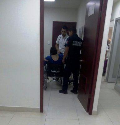 Ayudan policías a hombre con convulsiones