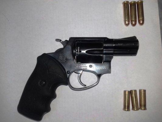 Detona arma de fuego dentro de su hogar
