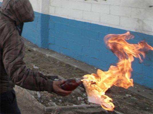Riñen sujetos con bombas molotov