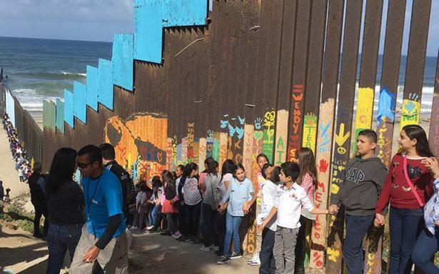"""Niños cantan """"México lindo y querido"""" en muro fronterizo"""