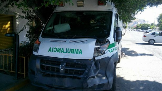 Muere mujer tras choque en ambulancia