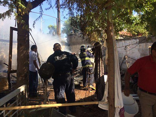 Apagan incendio a cubetazos