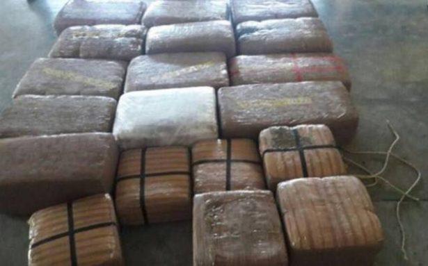 Aseguran vehículo con paquetes de droga