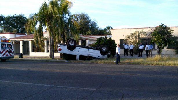Vuelca automóvil en la colonia Centenario