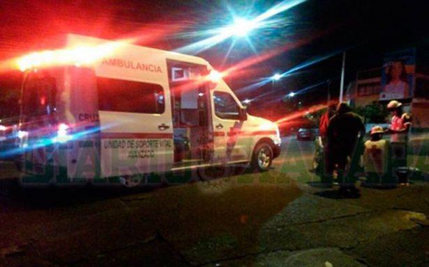 Taquería causa terrible accidente; arroja grasa de comida a carril y motociclistas se derrapan