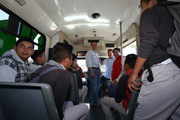 Cumplen a alumnos con autobús equipado