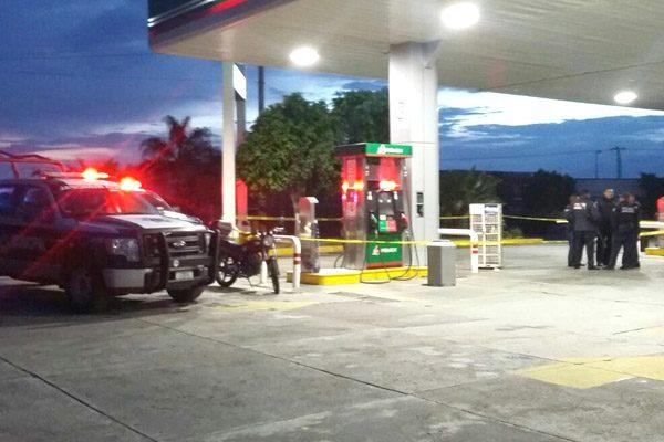 Encañonan a empleados de gasolinera y roban 60 mil pesos