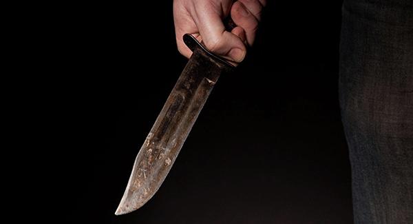 Con cuchillo en mano