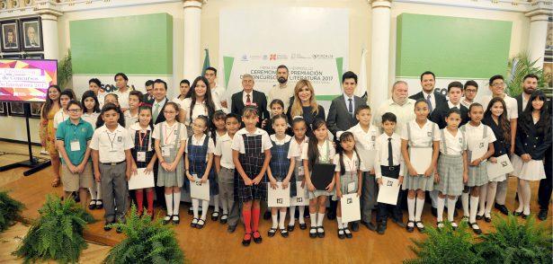 Premia Claudia Pavlovich a ganadores de concursos literarios