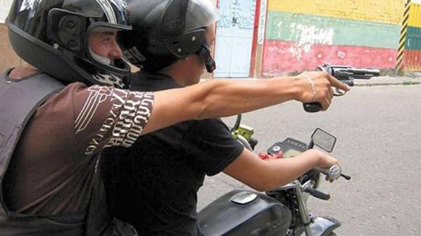 Hampón motorizado asalta a un ciudadano