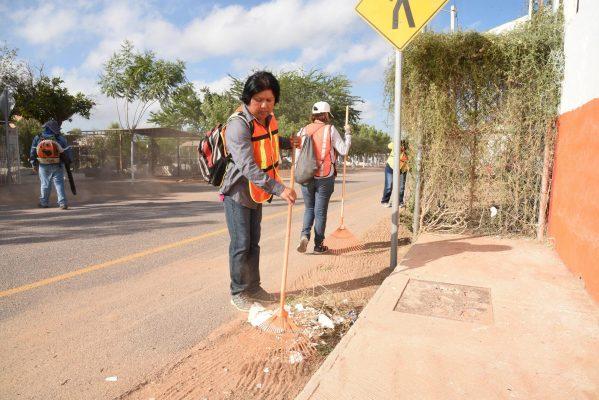 Limpian panteones municipales para los visitantes
