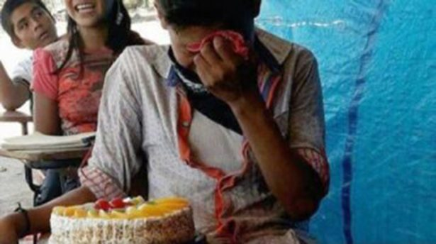 Maestra da el mejor regalo de cumpleaños a su alumno: su primer pastel
